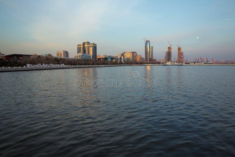 Opinião da skyline de Baky do bulevar de Baku a terraplenagem do mar Cáspio Baku é a cidade principal e a maior de Azerbaijão e d imagens de stock royalty free