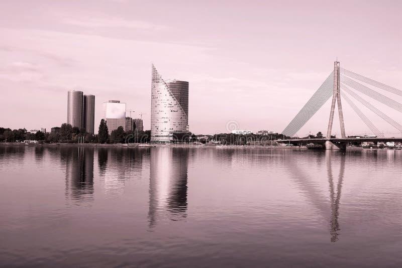 Opinião da skyline do banco esquerdo, da ilha de Kipsala, e da ponte de Vansu, Riga, Letónia Filtro aplicado imagem de stock royalty free