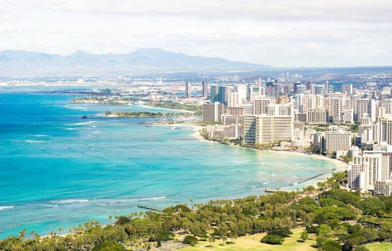Opinião da skyline do panorama da cidade de Honolulu e da praia de Waikiki na ilha do Pacífico de Oahu em Havaí - cartão de Diamo foto de stock royalty free