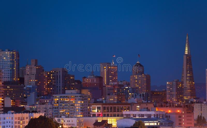 Opinião da skyline do panorama de San Francisco da noite fotografia de stock