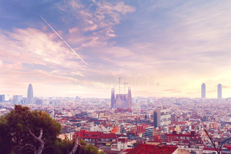 Opinião da skyline do por do sol de Barcelona fotos de stock royalty free