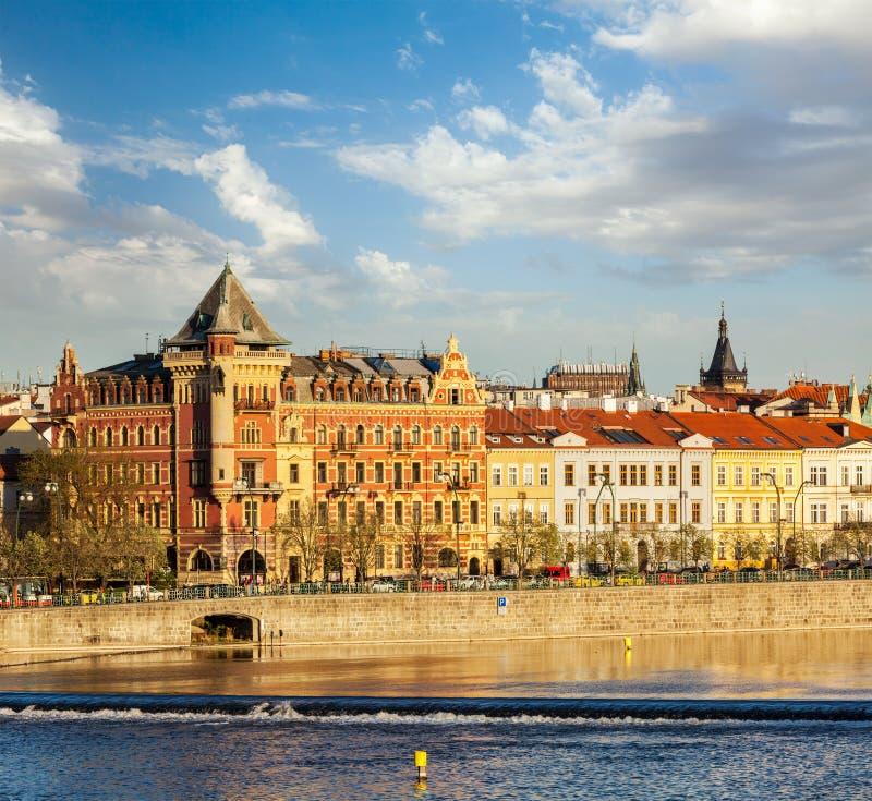 Opinião da terraplenagem de Mesto do olhar fixo de Praga da ponte de Charles imagens de stock