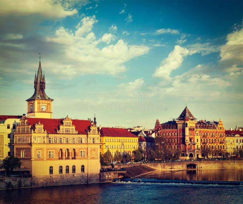 Opinião da terraplenagem de Mesto do olhar fixo de Praga da ponte de Charles fotos de stock