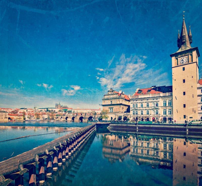Opinião da terraplenagem de Mesto do olhar fixo de Praga da ponte de Charles imagem de stock royalty free