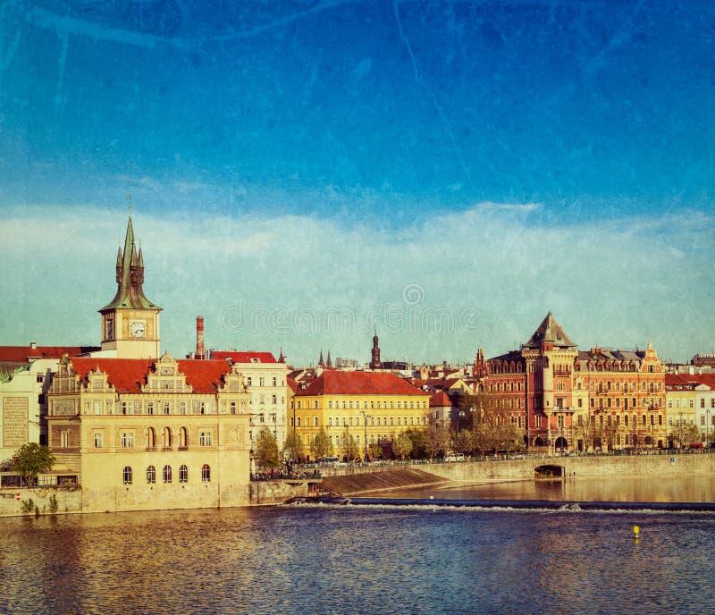 Opinião da terraplenagem de Mesto do olhar fixo de Praga da ponte de Charles foto de stock