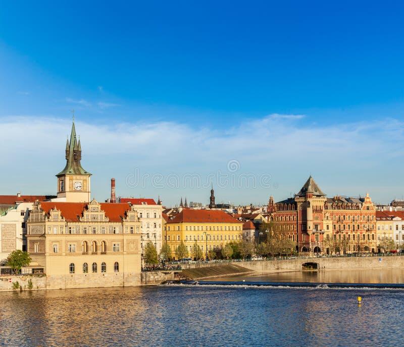 Opinião da terraplenagem de Mesto do olhar fixo de Praga da ponte de Charles imagens de stock royalty free