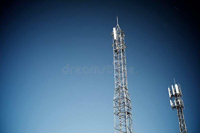 Opinião da torre das telecomunicações foto de stock