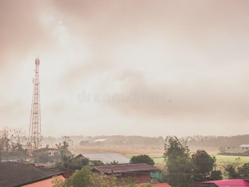 Opinião da vila com névoa na manhã imagem de stock