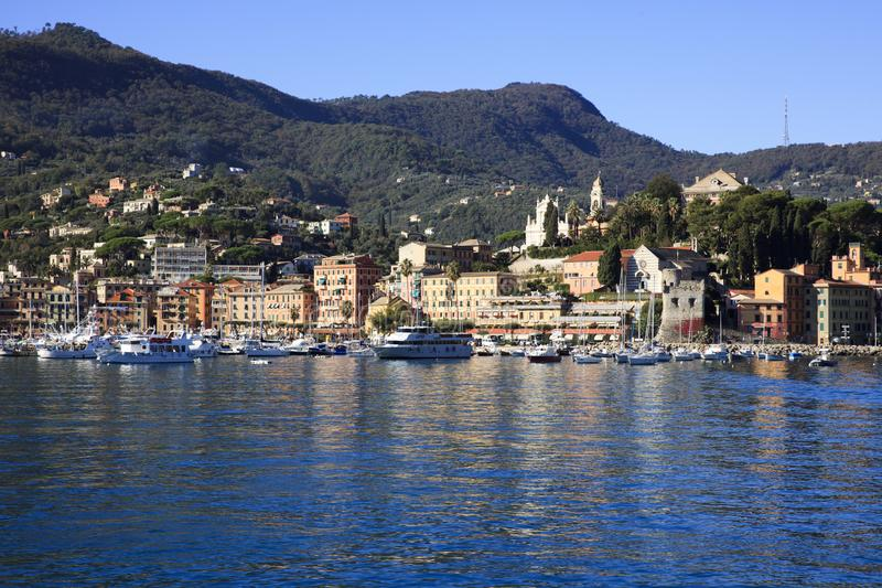 Opinião da vila de Ligure do margherita de Santa da navigação do barco a Portofino, Genebra, Liguria, Itália fotografia de stock royalty free