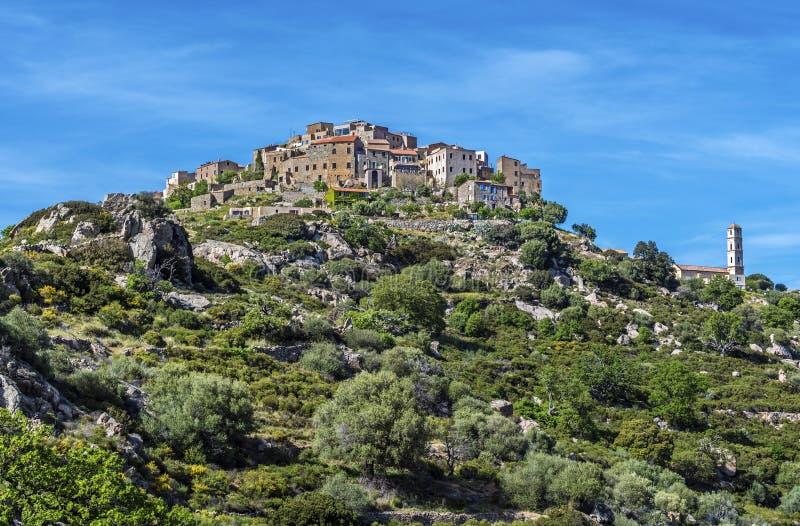 Opinião da vila de Sant Antonino na ilha de Córsega foto de stock