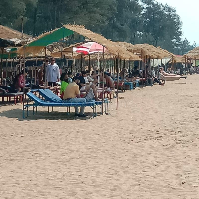 A opinião das cabanas da praia da praia branca do mar da areia - Palolem em Goa, Índia imagem de stock