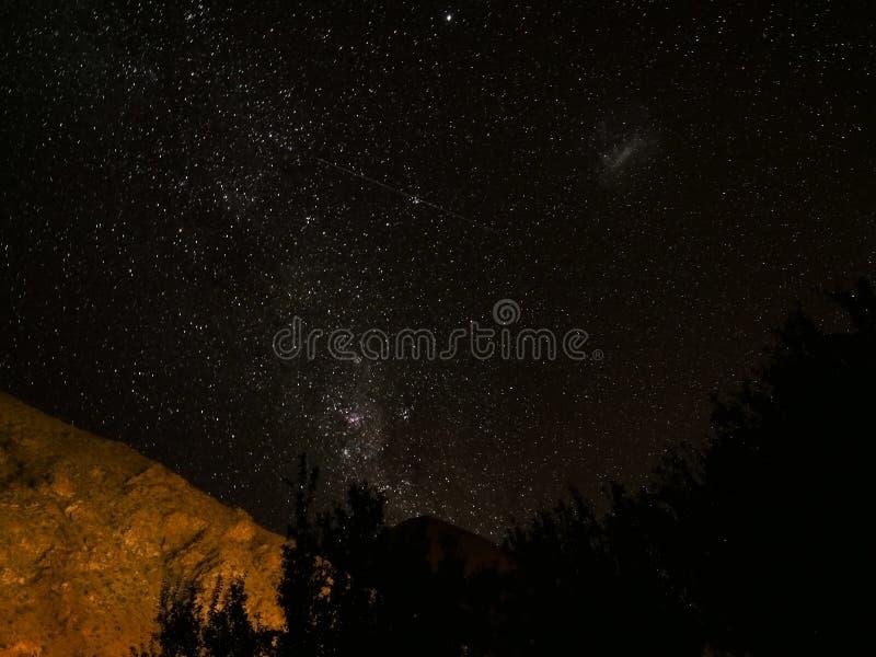 Opinião das estrelas da noite do Chile com montanha foto de stock royalty free