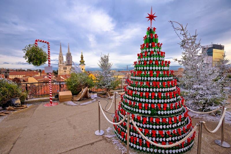 Opinião de árvore e de marcos de Natal de Zagreb no marcador do advento do upp fotografia de stock royalty free
