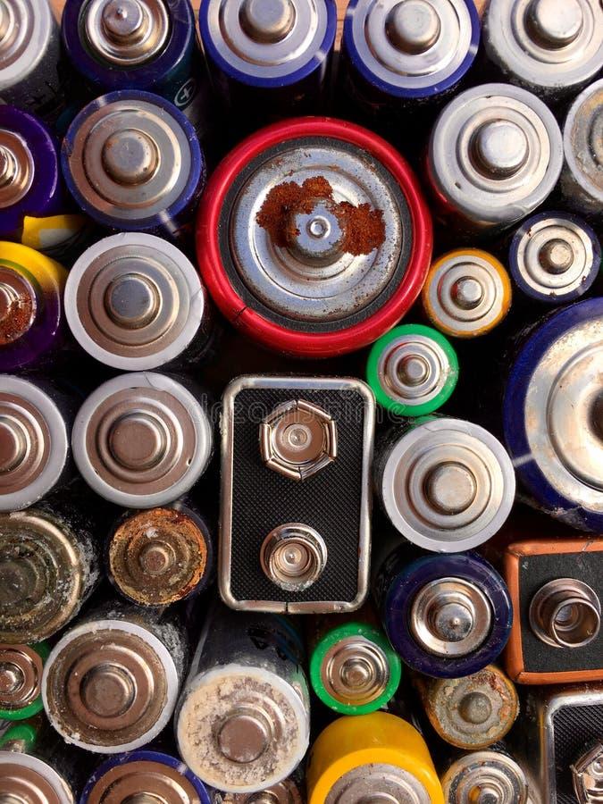 Opinião de ângulo alto de baterias velhas e usadas para reciclar foto de stock royalty free