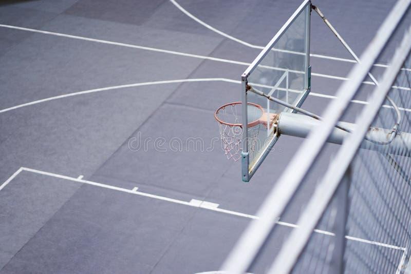 Opinião de ângulo alto da aro de basquetebol na corte exterior ninguém fotos de stock royalty free