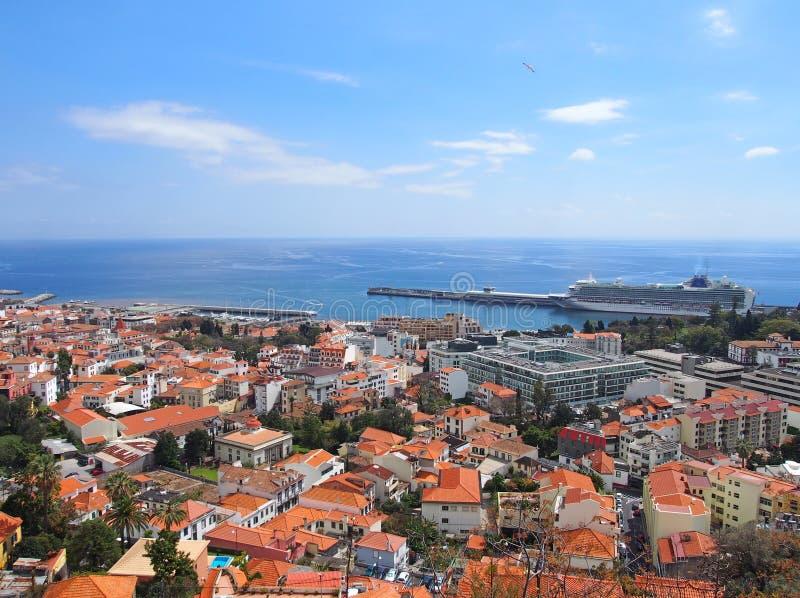 opinião de ângulo alto da cidade de funchal em madeira com o porto e o mar na distância fotografia de stock royalty free