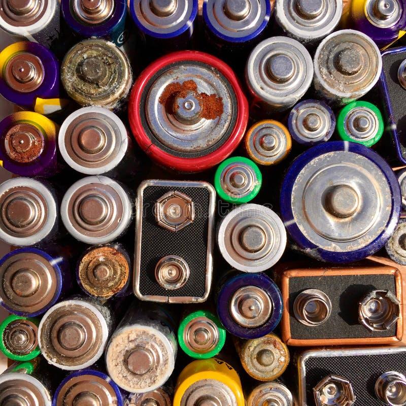 Opinião de ângulo alto de baterias velhas e usadas para reciclar fotos de stock