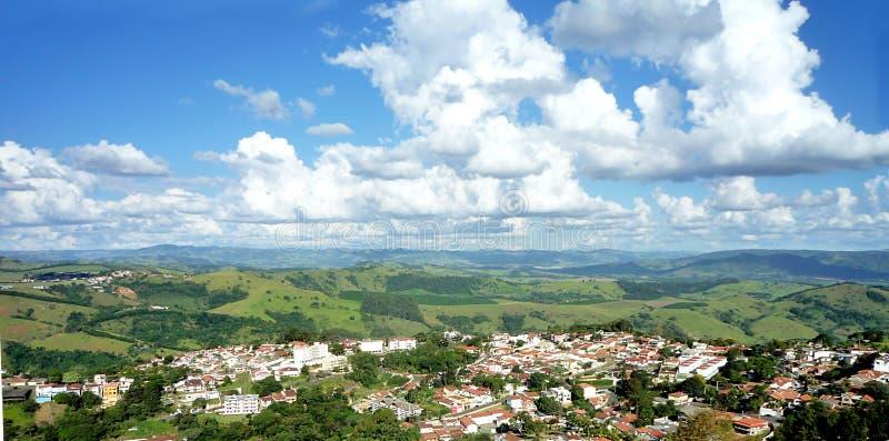 Opinião de ângulo alto de uma cidade nas montanhas contra um céu azul com nuvens fotografia de stock