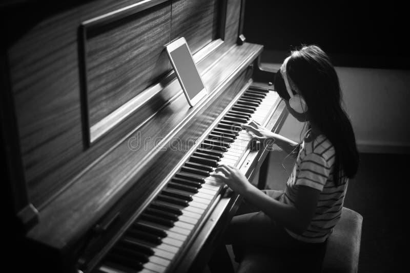 Opinião de ângulo alto do piano praticando concentrado da menina imagens de stock royalty free