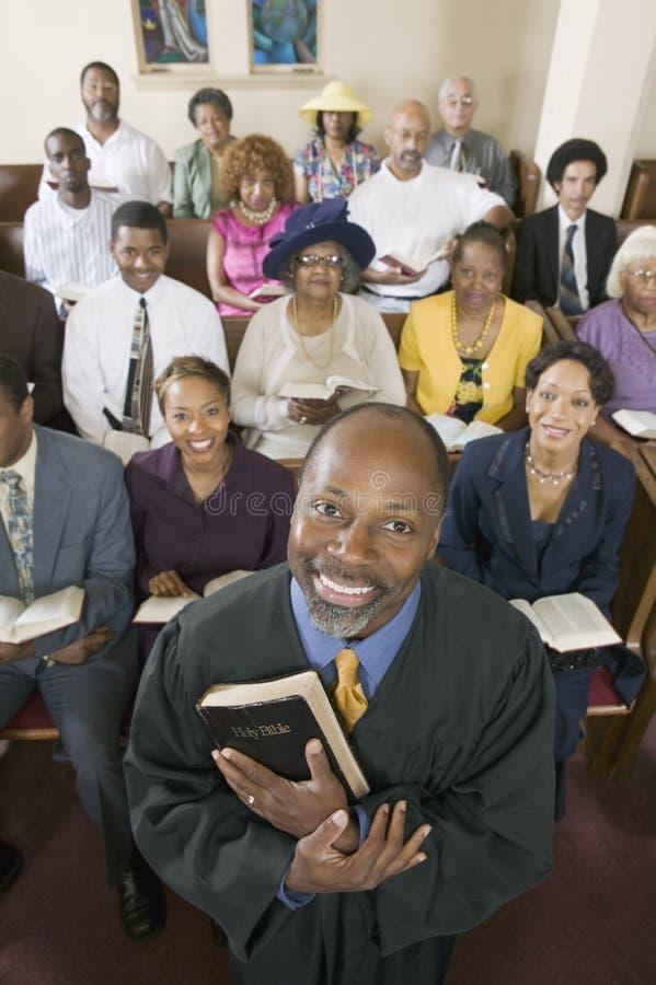 Opinião de ângulo alto do retrato do pregador e da assembleia fotografia de stock