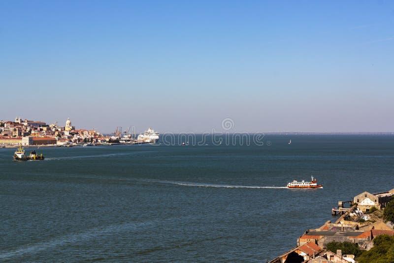 Opini?o de ?ngulo alto do rio do cruzamento do ferryboat da cidade de Lisboa ? ba?a sul de Lisboa fotos de stock royalty free