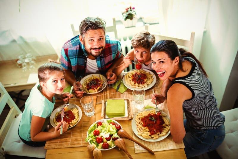 Opinião de ângulo alto a família que tem a refeição junto imagens de stock royalty free