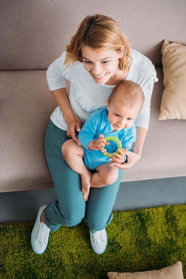 opinião de ângulo alto a mãe que guarda sua criança adorável imagens de stock