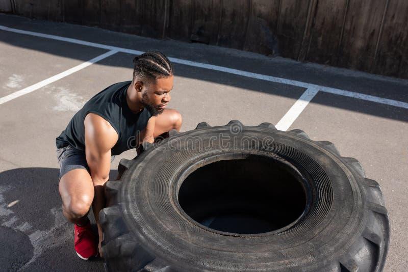 opinião de ângulo alto o desportista afro-americano muscular fotografia de stock