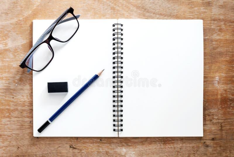 Opinião de ângulo alto de um livro branco colocado em uma mesa de madeira Lá a imagem de stock