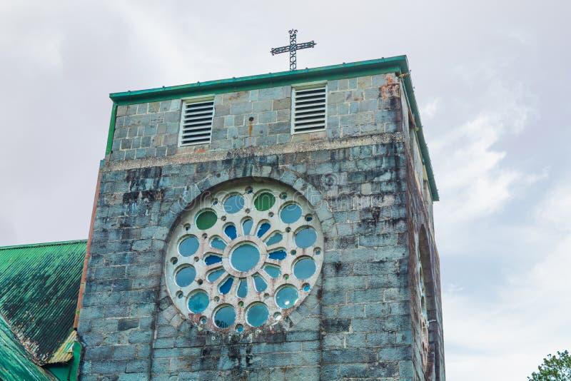 Opinião de ângulo da igreja velha do século imagens de stock