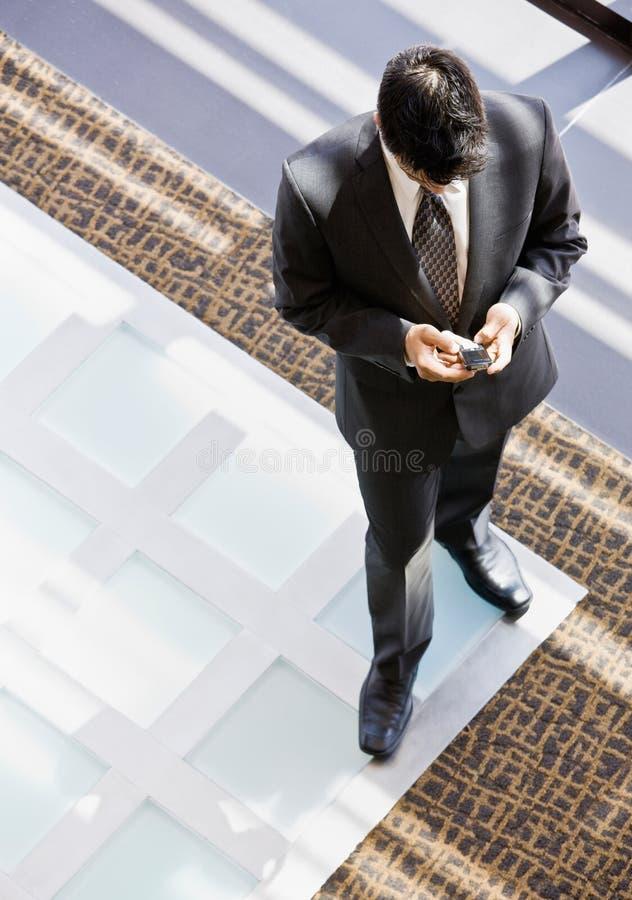 Opinião de ângulo elevado o homem de negócios com telefone de pilha foto de stock royalty free