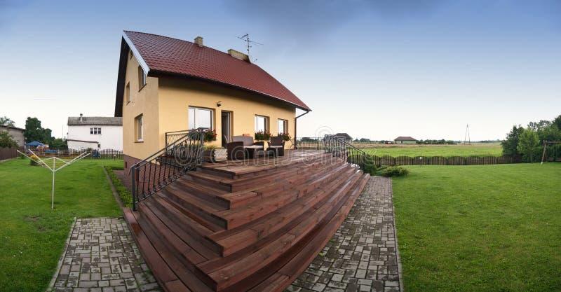 Opinião de ângulo larga da casa de campo no Polônia fotografia de stock royalty free