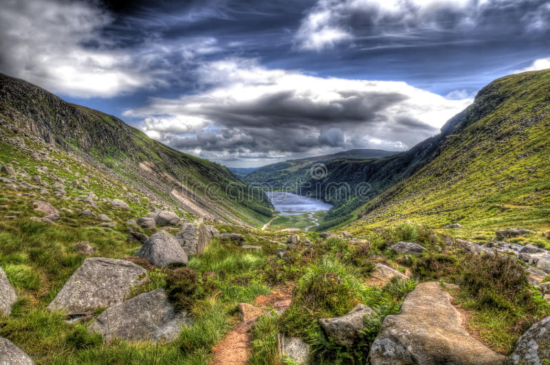 Opinião de ângulo larga de Glendalough fotos de stock royalty free