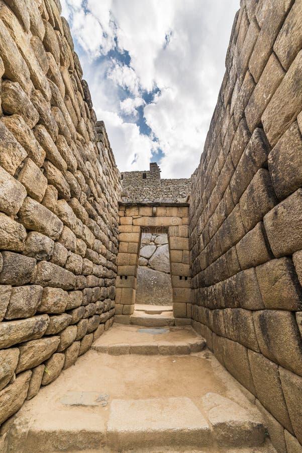 Opinião de ângulo larga detalhada de construções de Machu Picchu, Peru foto de stock royalty free