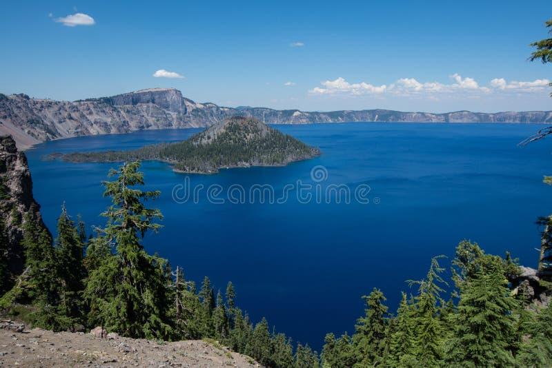 Opinião de ângulo larga do parque nacional do lago crater em Oregon, no dia ensolarado fotografia de stock royalty free