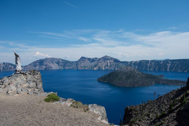 Opinião de ângulo larga do parque nacional do lago crater em Oregon, no dia de verão ensolarado fotos de stock royalty free