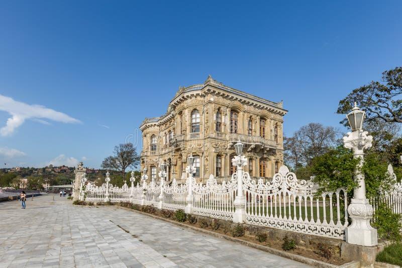 Opinião de ângulo larga exterior do palácio de Kucuksu ou do pavilhão de Goksu imagem de stock royalty free