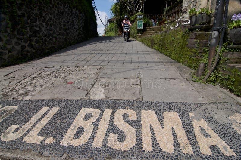 Opinião de ângulo larga na entrada da rua de Jalan Bisma foto de stock royalty free
