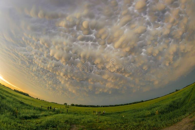 Opinião de ângulo larga super de nuvens coloridas do mammatus sobre a Grandes Planícies fotografia de stock