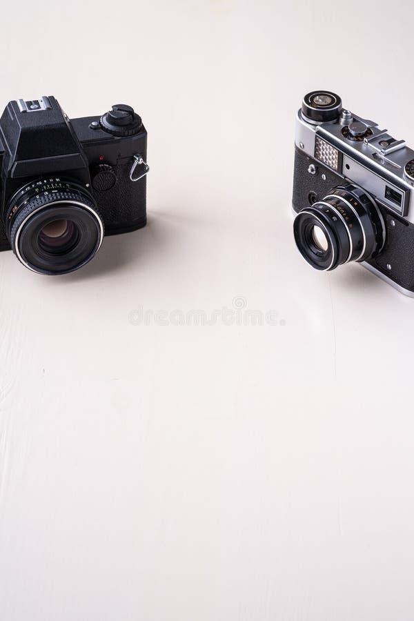 Opinião de ângulo preta retro do espaço da cópia de câmera do filme da foto do vintage velho única no fundo branco imagem de stock royalty free