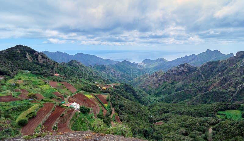 Opinião de Aearial da vila pequena no parque natural de Anaga, Tenerife foto de stock royalty free