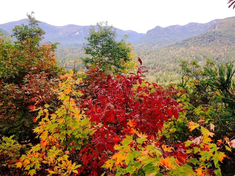 Opinião de Autum Ridge Mountains azul na atração do lago, NC imagem de stock royalty free