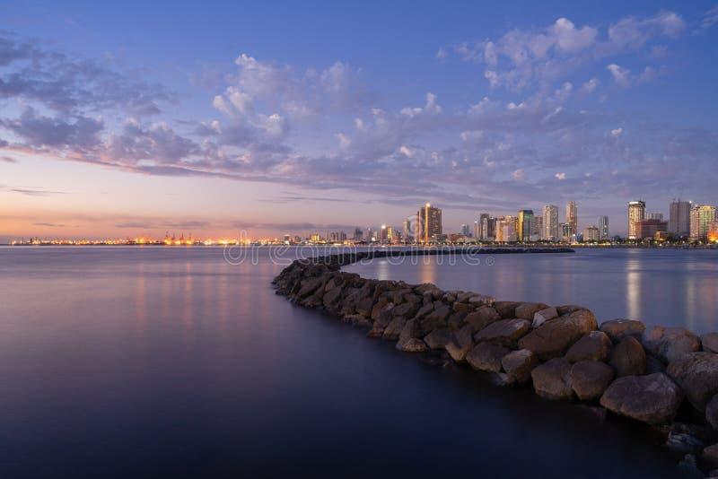 Opinião de baía de Manila durante o por do sol imagens de stock