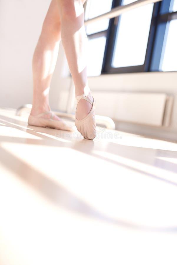 Opinião de baixo ângulo a bailarina que faz Barre Exercises imagem de stock royalty free