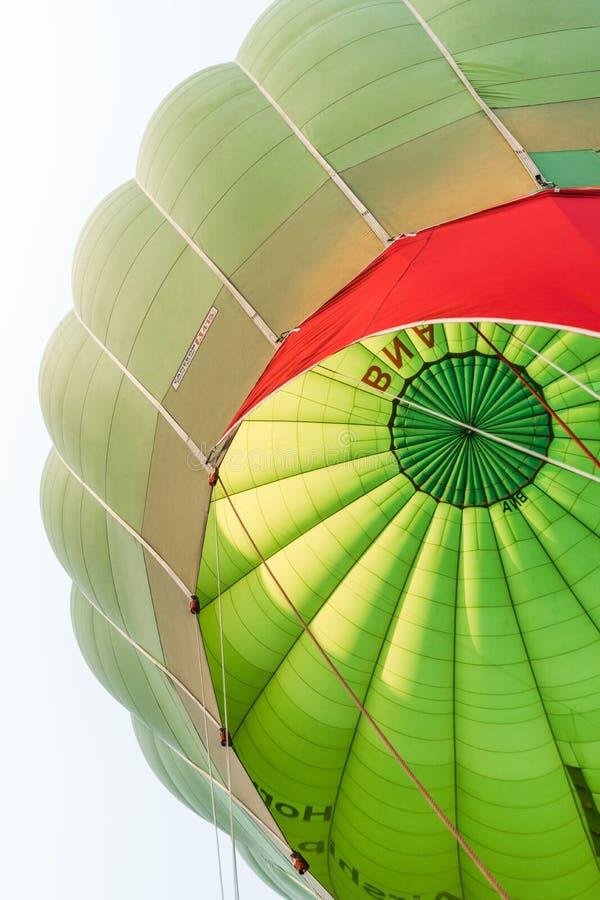 Opinião de baixo ângulo do balão de ar quente contra o céu foto de stock royalty free