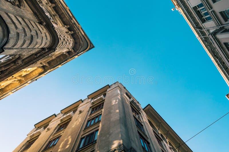Opinião de baixo ângulo do construções históricas em Karakoy no distrito de BeyoÄŸlu de Istambul, Turquia imagem de stock