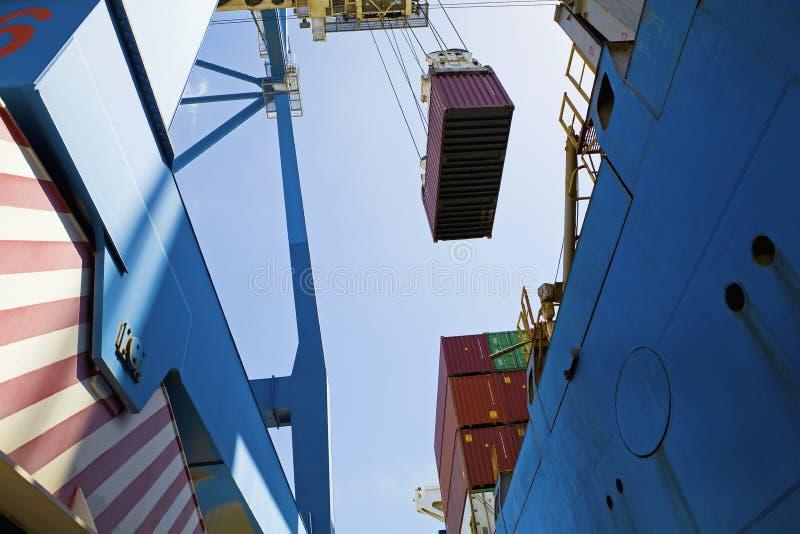 Opinião de baixo ângulo do guindaste de Dockside fotografia de stock royalty free