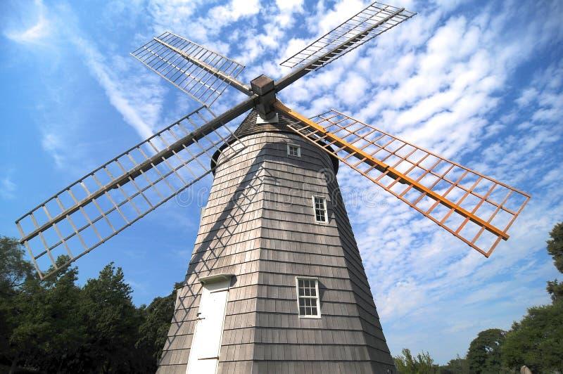 Opini?o de baixo ?ngulo do moinho de vento do gancho em Hampton do leste imagens de stock royalty free