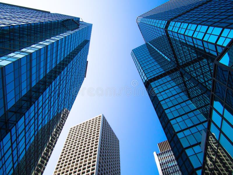 Opinião de baixo ângulo dos arranha-céus em Hong Kong imagens de stock royalty free