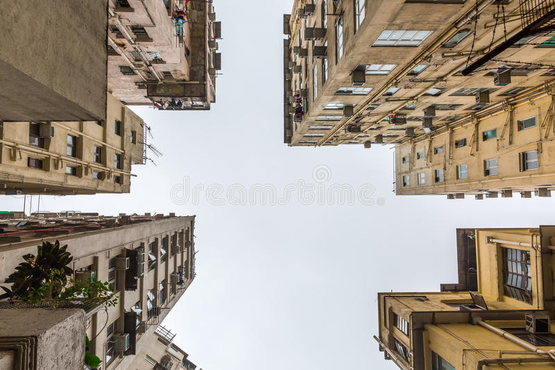 Opinião de baixo ângulo dos arranha-céus em Hong Kong fotografia de stock
